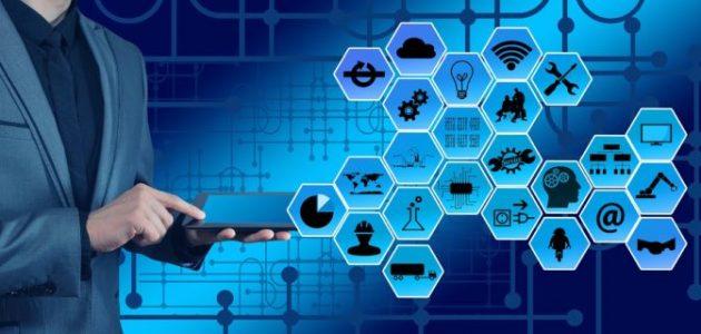 ilustração de uma pessoa segurando um tablet de onde saem um conjunto ícones conectados em cadeia