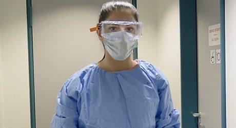 mulher usando EPIS: óculos e máscara